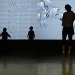 Spectateurs devant une vidéo de Thomas Bayrle - La sucrière - Biennale de Lyon